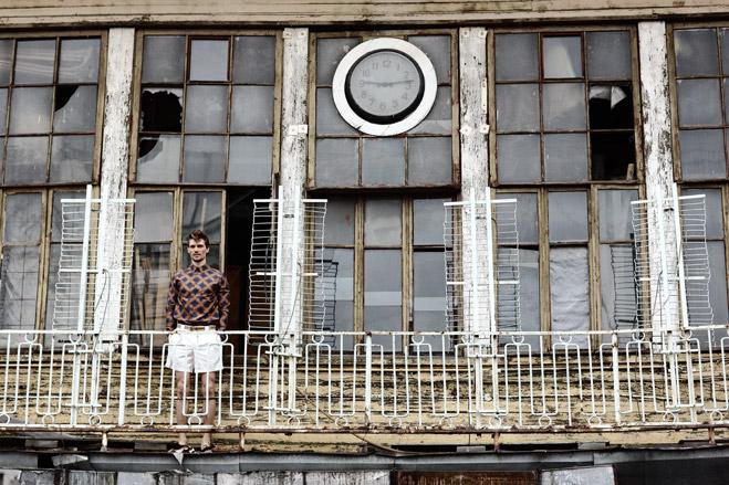 Рубашка Balenciaga, шорты Emporio Armani, туфли Premiata