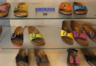 Немецкий суд запретил продажу сандалий, потому что никто не может запомнить, как они называются