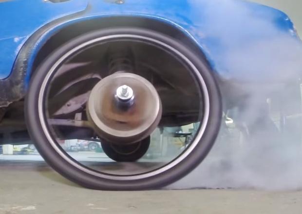 Фото №1 - Мужики поставили автомобилю велосипедные колеса (видео)