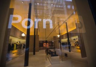 В Нью-Йорке открылся первый офлайн-магазин PornHub