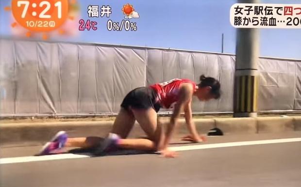 Фото №1 - Японка во время забега сломала ногу, но не сдалась и доползла до финиша на четвереньках (видео)