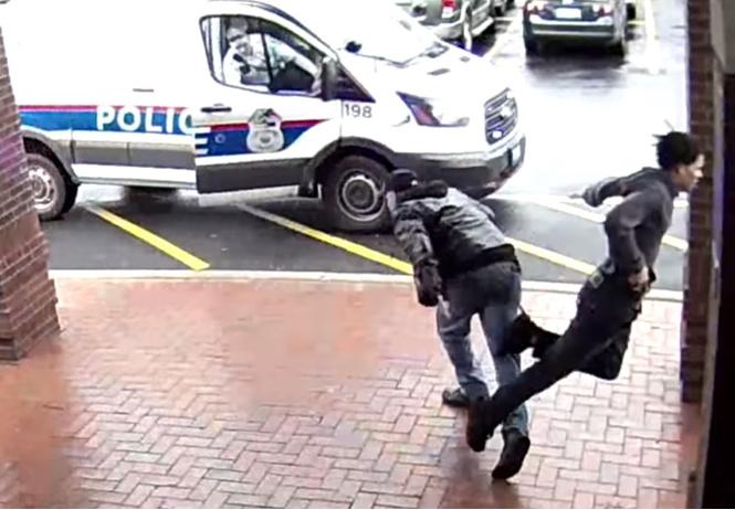 Ловкий пенсионер подставил подножку убегавшему грабителю и помог поймать его! ВИДЕО как из боевика