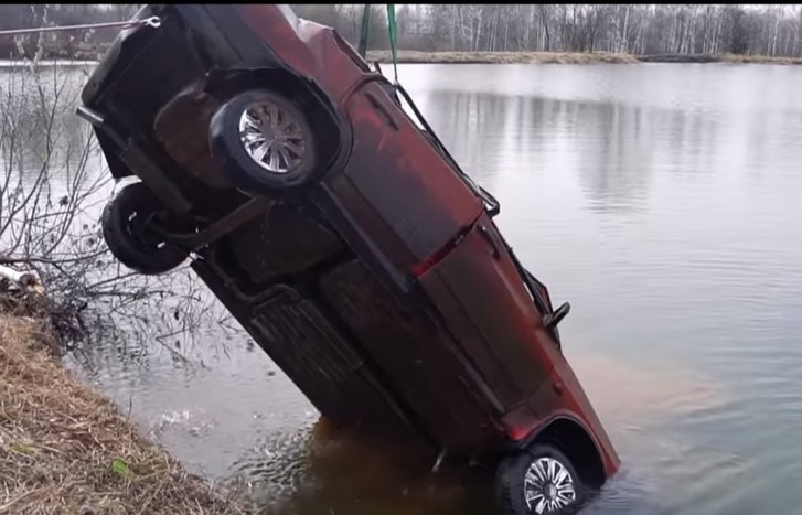 Фото №1 - «Жигули» утопили в озере, через полгода машину вытащили, и она завелась, прикинь?! Ошеломляющее ВИДЕО