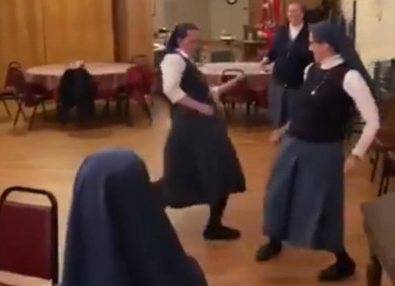 Фото №1 - Монашки исполнили We Will Rock You и собрали миллионы просмотров (богоугодное видео)