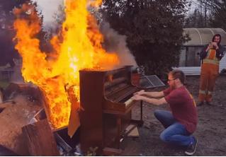 Чувак поджег пианино и играл на нем, пока оно не сгорело (экзистенциальное ВИДЕО)