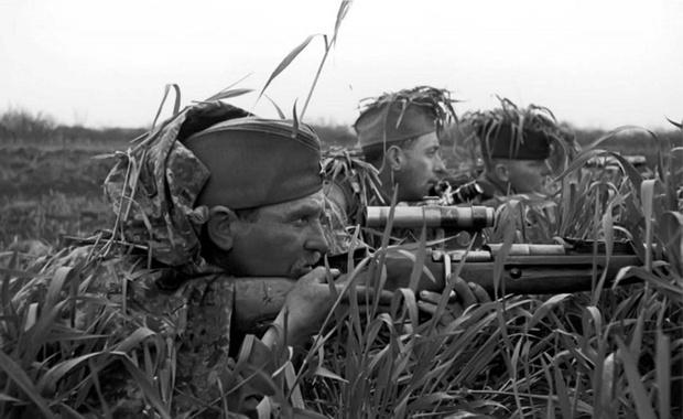 Снайпер 203-й стрелковой дивизии (3-й Украинский фронт) старший сержант Иван Петрович Меркулов на огневой позиции. В марте 1944 года Иван Меркулов был удостоен высшей награды — звания Героя Советского Союза. За годы войны снайпер уничтожил более 144 солдат и офицеров противника