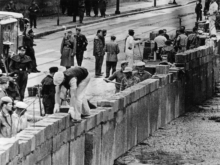 Фото №1 - Ровно 59 лет назад началось строительство Берлинской стены (12 памятных фото)