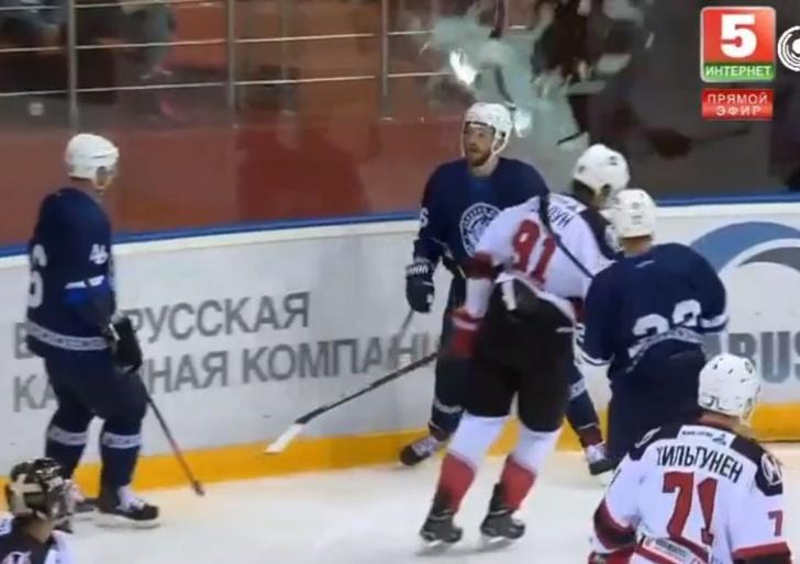 Фото №1 - Хоккеист так радовался забитому голу, что разбил заградительное стекло (видео)