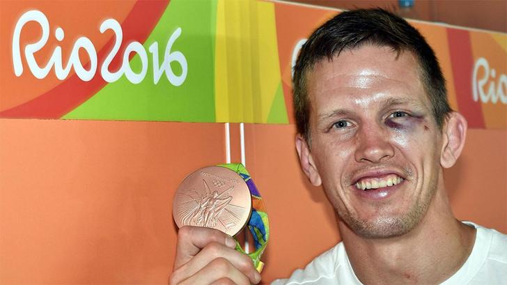 Дзюдоист Дирк ван Тихелт отмечал бронзовую медаль с товарищем по команде на Копакабане