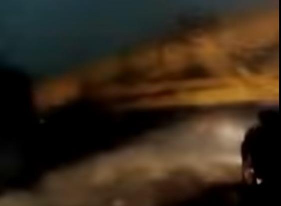 Фото №1 - Чудесное спасение! Башенный кран рухнул прямо перед автомобилем! (ВИДЕО из поседевшего салона)