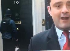 Видео, умилившее Интернет: полицейский стучится в резиденцию премьер-министра Британии, чтобы впустить кота