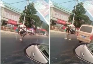 Парень пытается перейти дорогу, но его шлепанцы прилипают к асфальту (героическое ВИДЕО)