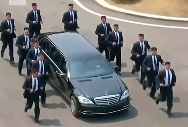 Фото №1 - 12 разогнанных мужчин: охрана, бегущая за лимузином Ким Чен Ына, взбаламутила Интернет (ВИДЕО)