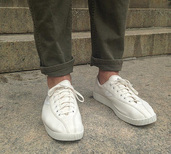Белые кеды и брюки