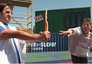 Гляди, как парень режет морковку броском игральной карты! (ВИДЕО с приятным бонусом)