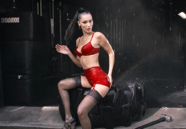 Фото №1 - Белла Хадид в красном белье и с кувалдой в новом знойном видео!