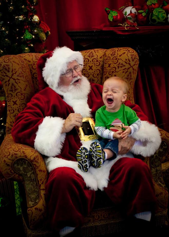 Санта в кресле, мальчик в слезах