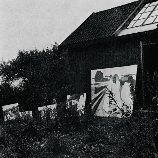 Картины, выставленные на воздух для «лечения»