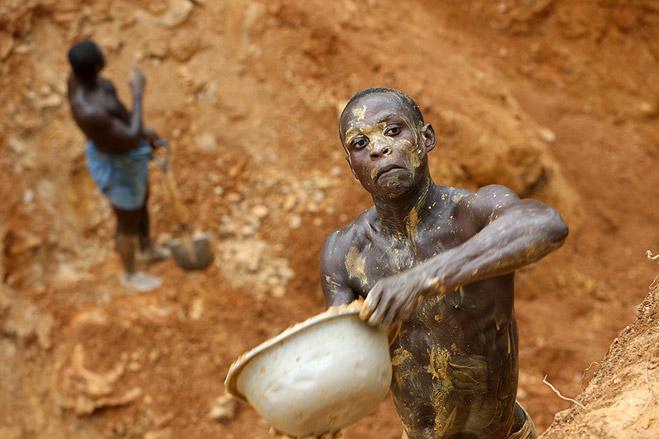 Фото №13 - Фотоистория о том, как разорившиеся агенты по недвижимости отправились в Африку охотиться за золотом