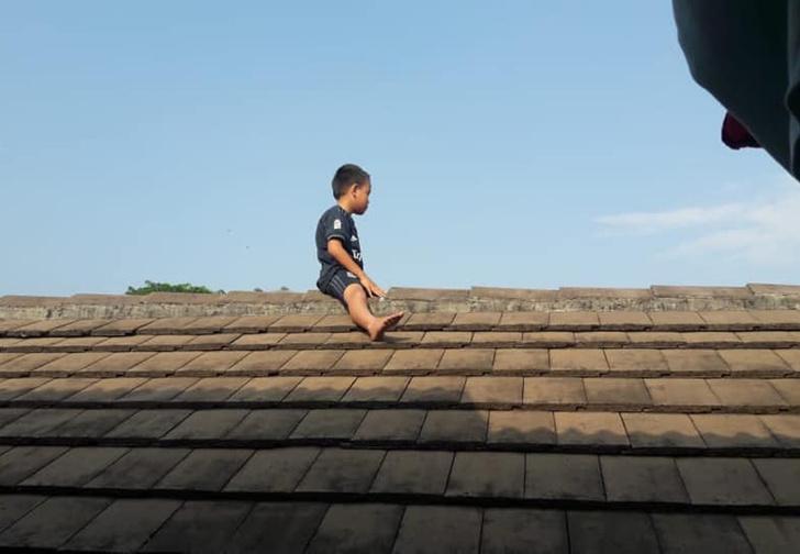 Фото №1 - В Индонезии пятилетний ребенок залез на крышу больницы, чтобы избежать обрезания