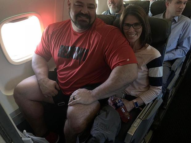 Фото №1 - Два огромных чемпиона по пауэрлифтингу показали, как им пришлось лететь рядом в эконом-классе