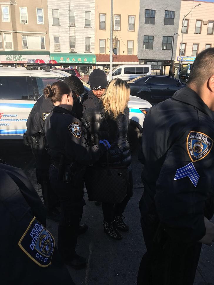 Фото №3 - В метро Нью-Йорка задержали русскоязычную пассажирку за ругань и нападение с зонтом (видео)