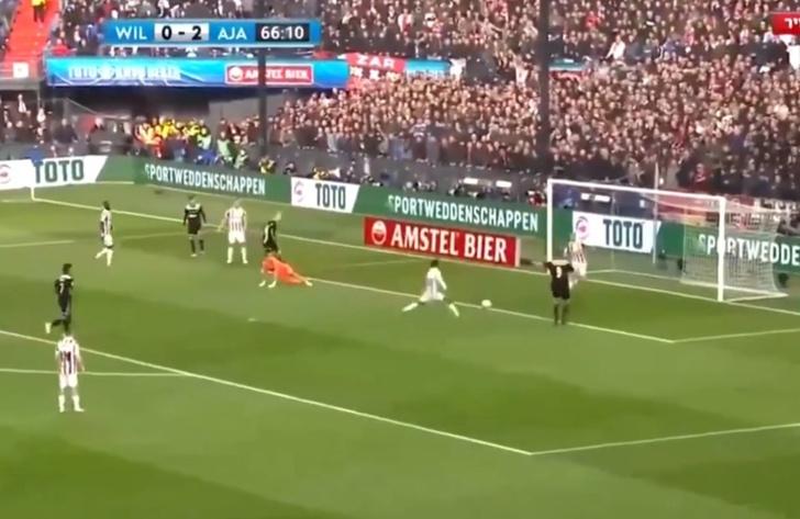 Фото №1 - Пожалуй, самый издевательский гол этого футбольного сезона (видео)