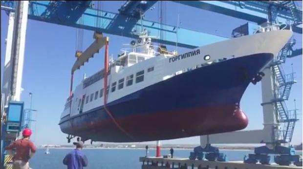 Фото №1 - Как не надо спускать корабль на воду — ВИДЕОИНСТРУКЦИЯ из Анапы