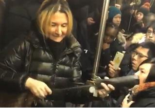 В метро Нью-Йорка задержали русскоязычную пассажирку за ругань и нападение с зонтом (видео)