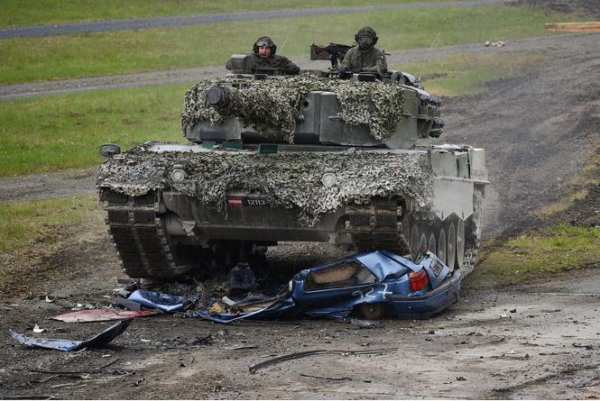 Смотри, как натовские танки давят машины на учениях