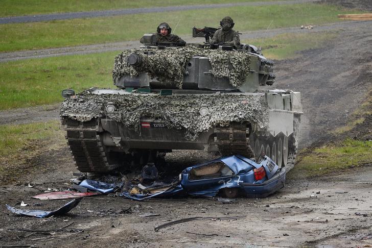 Фото №2 - Смотри, как натовские танки давят машины на учениях