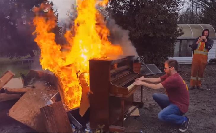 Фото №1 - Чувак поджег пианино и играл на нем, пока оно не сгорело (экзистенциальное ВИДЕО)