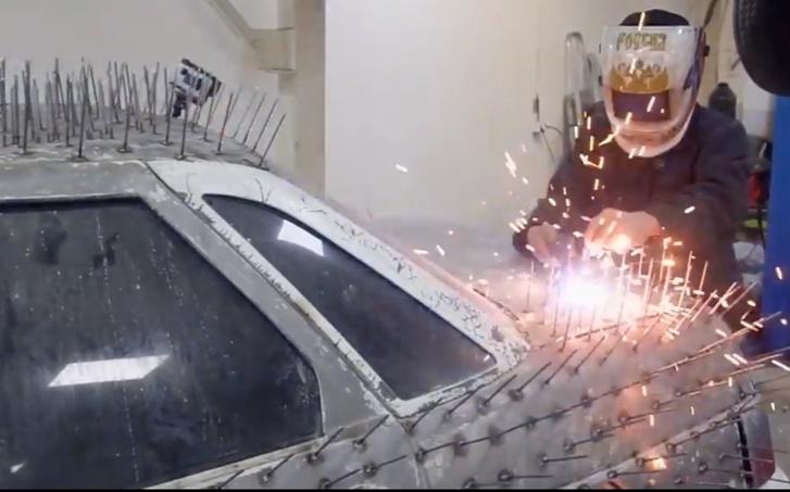 Фото №1 - «Десятке» приварили 5000 гвоздей (видео). Ее готовят к эпичному поединку с другой машиной