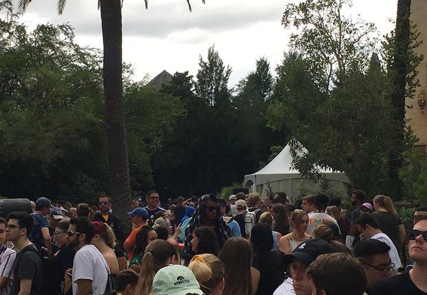 Фото №1 - Посетители парка «Юнивёрсал» по 10 часов стоят в очереди на новый трехминутный аттракцион по мотивам «Гарри Поттера»  (фото и видео)