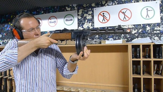 Фото №1 - Каково это — стрелять из ППШ, маузера, нагана, винтовки Мосина и еще девяти видов огнестрельного оружия