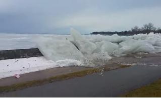 Ветер выталкивает ледяные глыбы из реки на берег (видео)