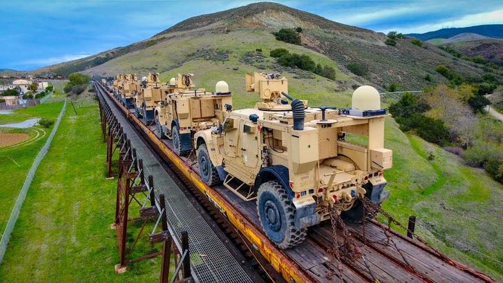 Фото №1 - Захватывающая съемка пяти полностью загруженных военной техникой составов (ВИДЕО)
