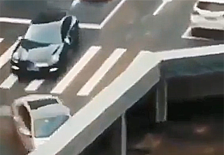 Фото №1 - Оптическая иллюзия дня: пропадающие с моста мотоциклы
