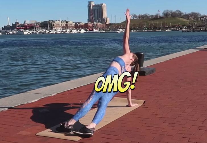 Фото №1 - Модель в нарисованной на голое тело одежде занимается йогой прямо на улице! ВИДЕО