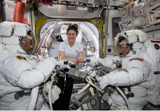 Первый в истории парный женский выход в открытый космос отменен из-за размеров скафандров