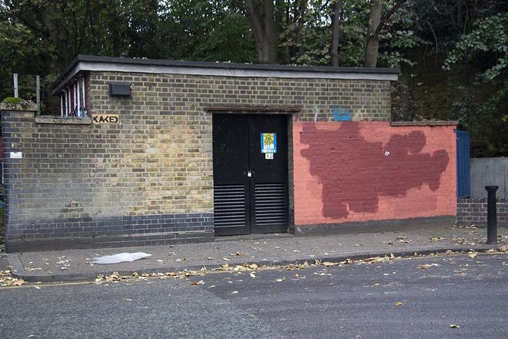 Фото №12 - Красное на черном: Как уличный художник троллил коммунальщиков