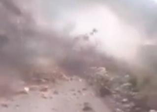 Женщину сносит с дороги мощным камнепадом (трагическое ВИДЕО)