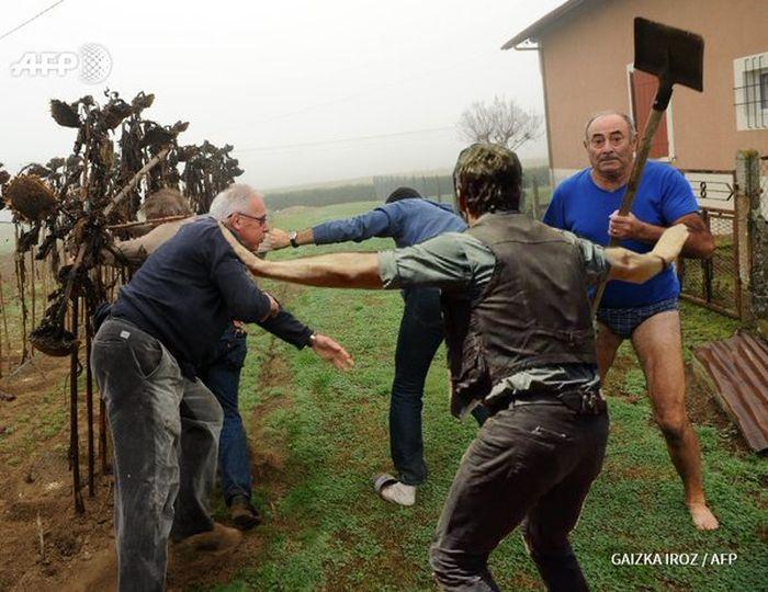 Фото №14 - Герой Интернета: мужик с лопатой и в трусах