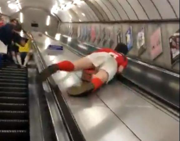 Фото №1 - Пьяный фанат съезжает по балюстраде эскалатора в метро, и тот ему жестоко мстит (травматическое ВИДЕО)