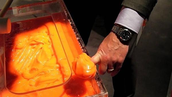 Фото №1 - Как оранжевая жижа спасает футболистов и военных (ВИДЕО)