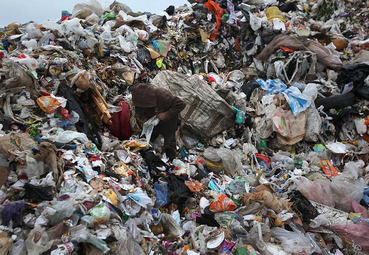 Фото №1 - Семья из Тюмени перерыла 12 тонн мусора, чтобы найти случайно выброшенный пакет с миллионами