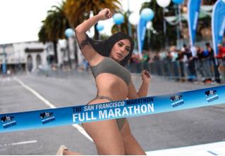 Ким Кардашян упала на кровать и стала героиней фотожаб. Зацени самые смешные!
