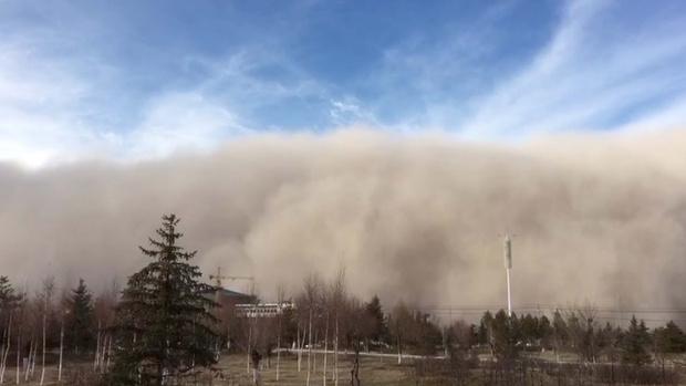 Фото №1 - Песчаная буря накрывает китайский город (видео)