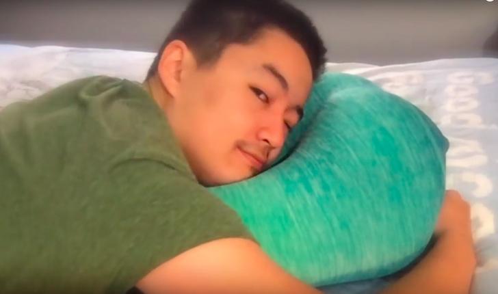 Фото №1 - Полку самых незаменимых в быту вещей прибыло: подушка в форме задницы