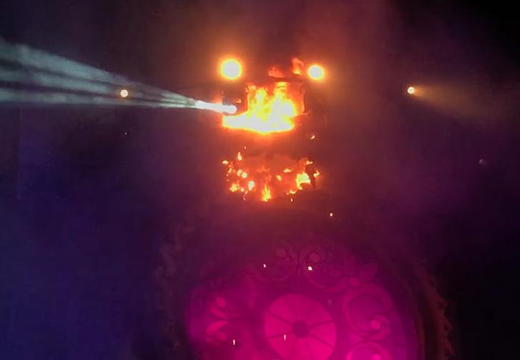 Фото №3 - Зажгли: во время музыкального фестиваля на сцене начался пожар (адское видео)